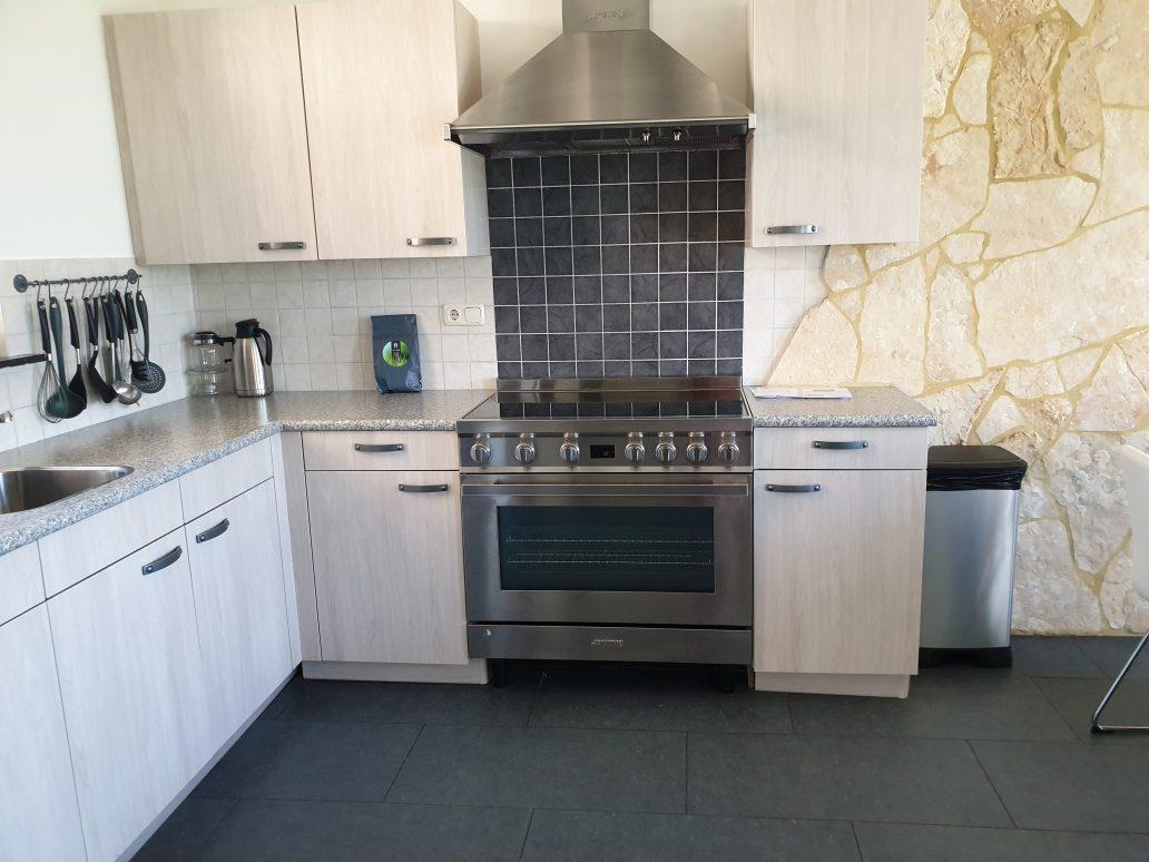 Keuken met inductie kookplaat met oven Klaproas Junkerke Maretak e1571129101310 - Vakantiewoning Maretak